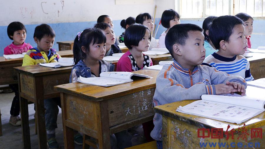 后坝完小的孩子们在专注地听讲