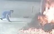 男子加油站点燃摩托车自焚!