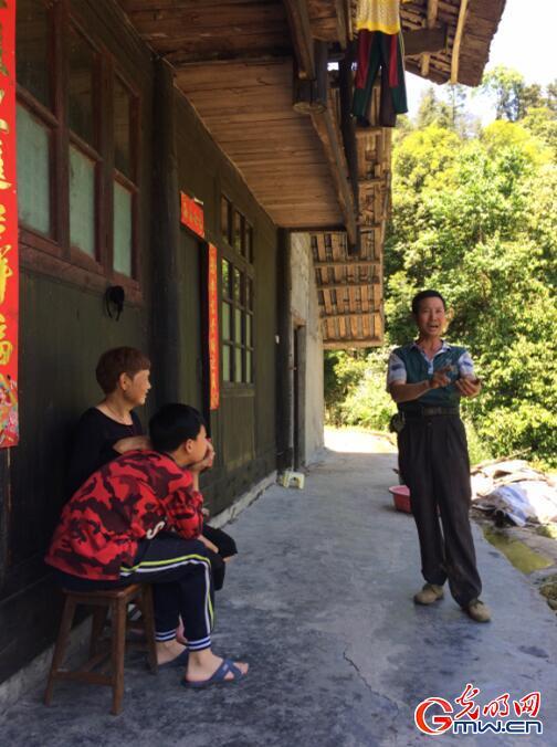 刘利人唱戏给家人听。(唐湘岳摄)