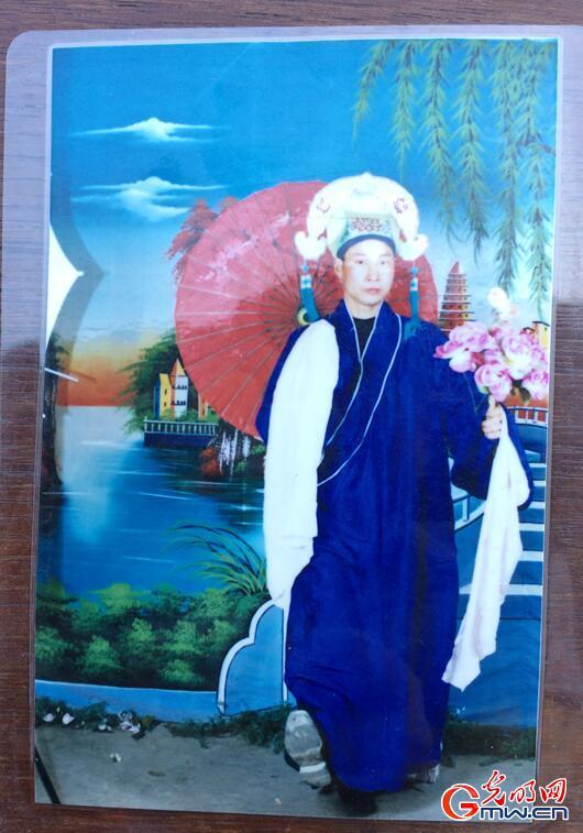 刘利人珍藏的当年穿演出服照片(唐湘岳摄)