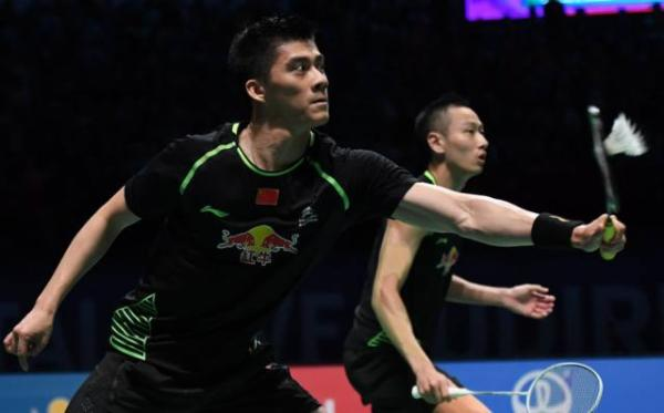 中国队选手傅海峰(左)/张楠在男双比赛中。新华社 图