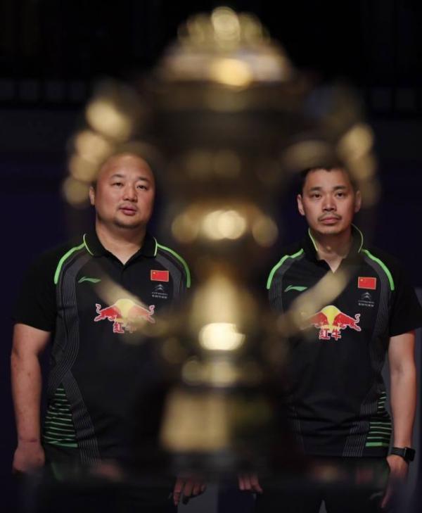 中国队教练张军(左)、夏煊泽在颁奖仪式上。新华社 图