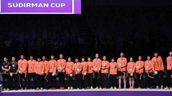 中国队在颁奖仪式上。新华社 图
