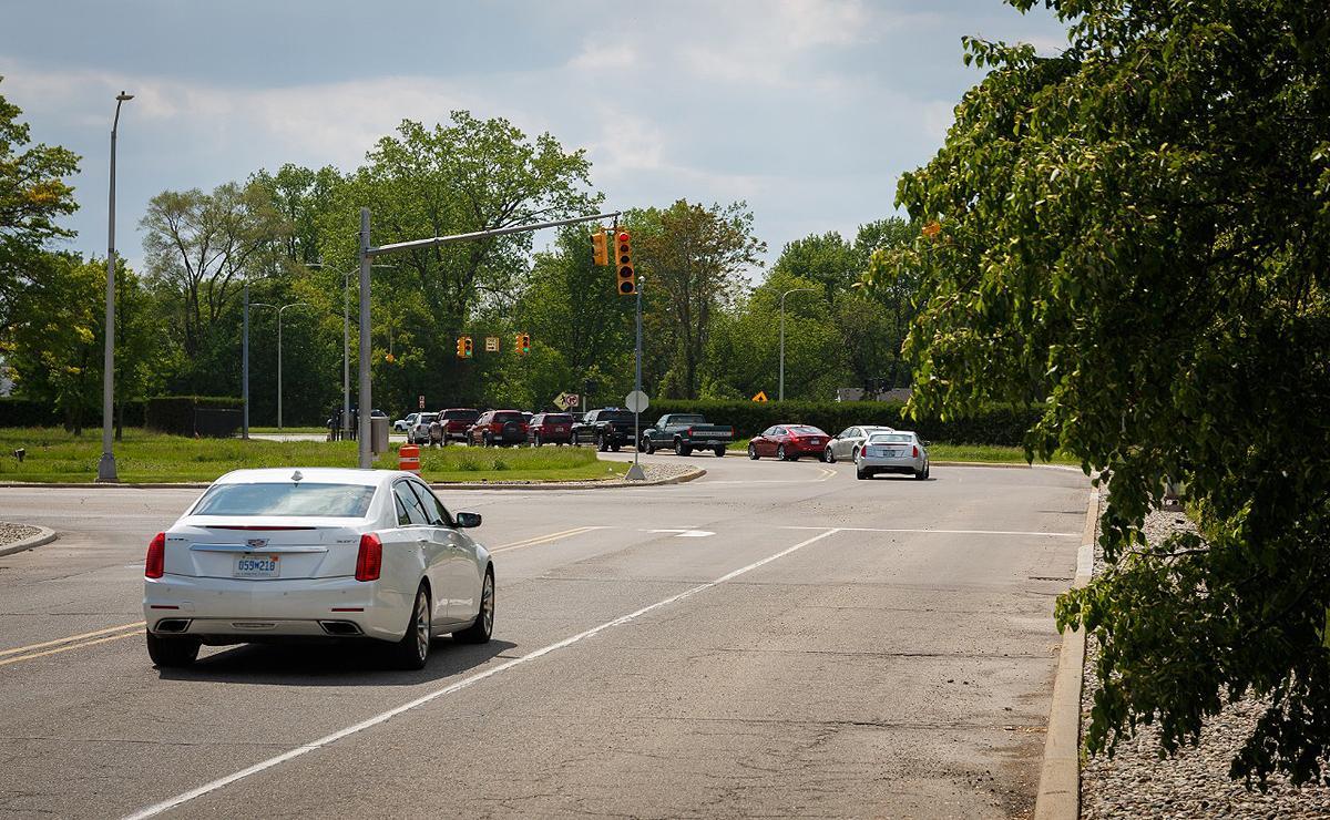 通用发言人Chris Bonelli表示,这种警告避免驾驶人在繁忙的交叉路口紧急刹车或加速,其设计是给驾驶人更多的时间来对道路情况安全地做出反应。Bonelli并未对未来汽车连通性做出回应,仅表示闯红灯警报仅是通用研发的V2I技术中的一项。
