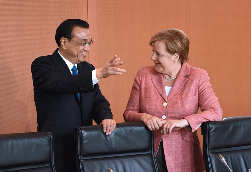 当地时间31日下午,李克强总理在与德国总理默克尔举行中德总理年度会晤时提出,希望德方为中国自主研发制造的大飞机C919取得欧盟适航认证提供支持。