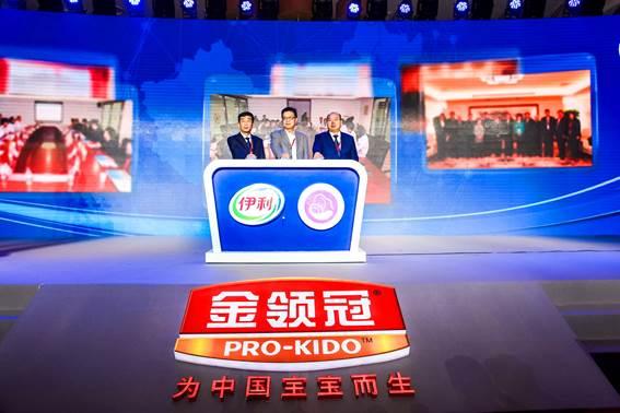从左到右依次为:伊利集团执行总裁张剑秋,中国关心下一代工作委员会儿