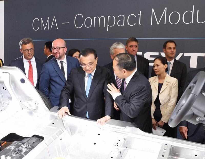 """在这个临时搭建的展厅里,一个最引人注意的展品,是位于展台中央的、银白色框架结构的汽车底盘。李书福向两位总理介绍,这是吉利和沃尔沃历时3年研发完成的""""CMA全新模块化架构""""。"""