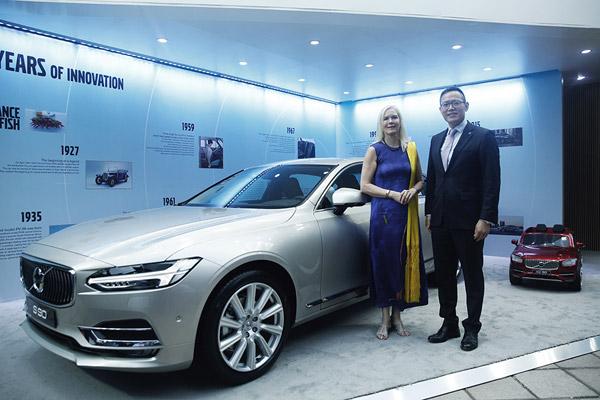 沃尔沃汽车集团全球高级副总裁,亚太区总裁兼CEO袁小林先生与林戴安大使合影