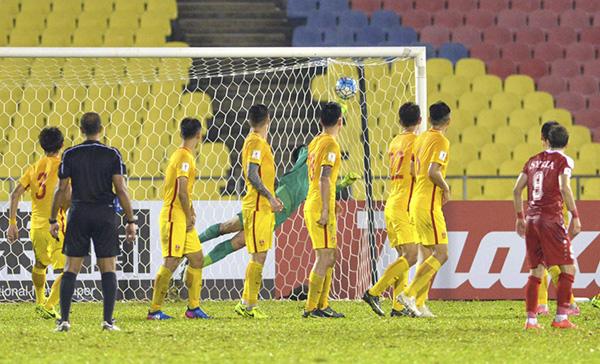 河南建业外援萨利赫的任意球,让中国队原本到手的3分,一下子变成了1分。新华社 图