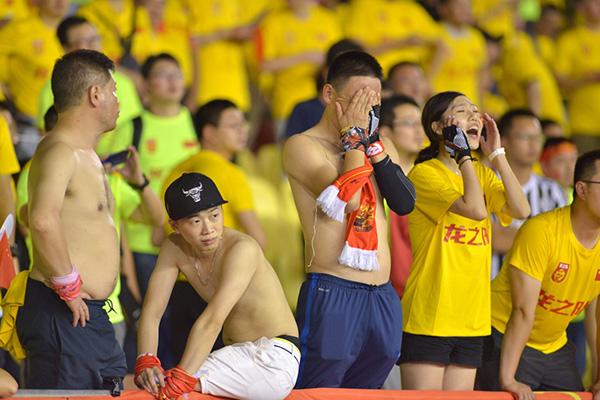 看台上的国足球迷。