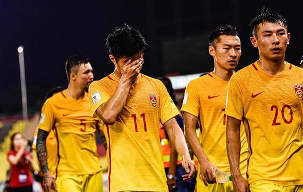 国足球员赛后神伤。