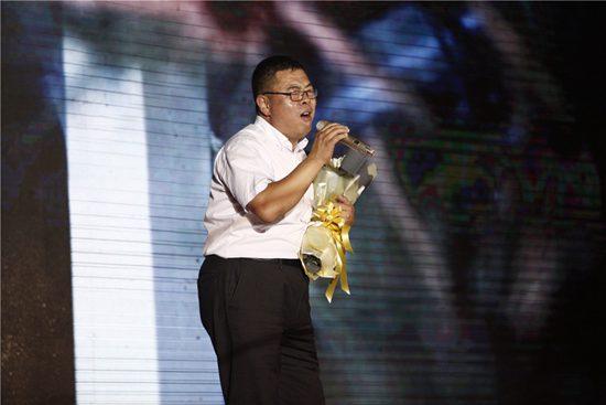 文安张雷图片_秋裤大叔献唱文安群星演唱会 5万人空前燃爆现场-搜狐音乐