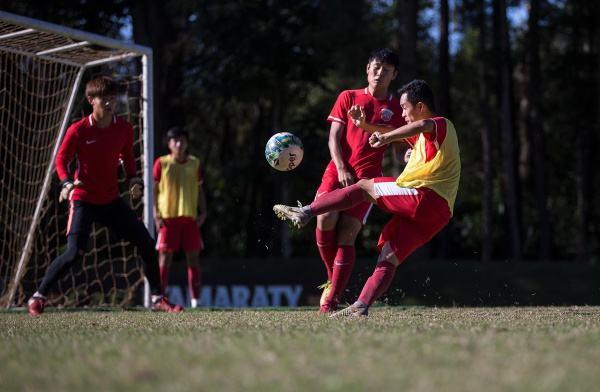 球员陈辉弘(右一)在训练中。