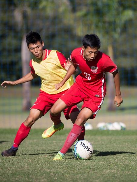 在上港巴西青训基地,球员薛志承弘(右)与侯申在训练中拼抢。本文图片均来自 新华社 图