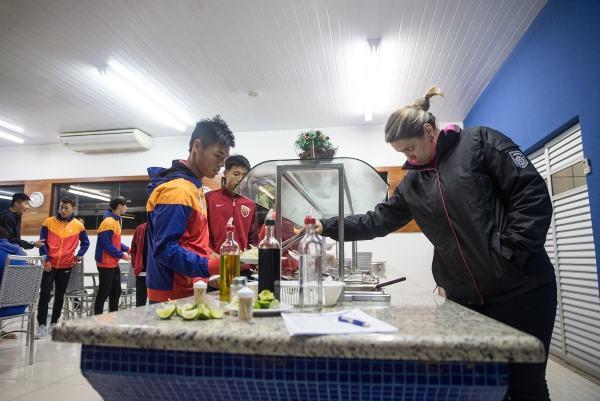 营养师(右)在餐厅为球员盛肉。