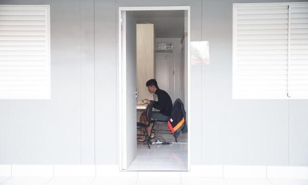 球员刘冀深训练后在宿舍内上网。