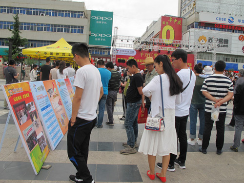 2200万巨奖天水龙城广场庆典活动演出现场群众学习展板体彩知识