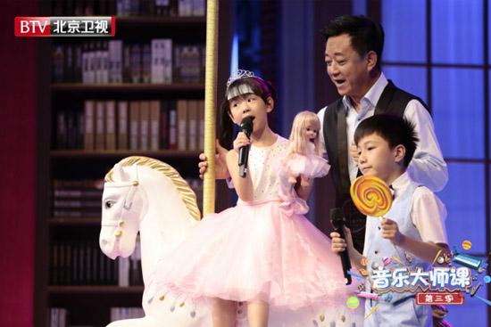 朱军父亲节为7岁娃做公主裙 被曝:圆女儿梦