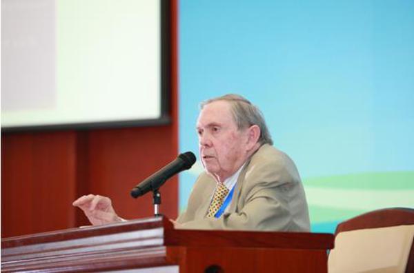 """报告会上,唐纳德・ 约翰顿先生从联合国国际经济的视角,站在西方经济专家的角度解读了中国的""""一带一路""""倡议,并结合自身在世界经合组织的经验背景,聚焦""""一带一路与经济全球化""""主题,深入探讨了""""一带一路""""背景下中国企业海外投资合作的新趋势。"""