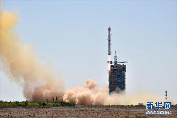 """6月15日11时00分,我国在酒泉卫星发射中心用长征四号乙运载火箭,成功发射硬X射线调制望远镜卫星""""慧眼""""。这次发射还搭载了国内外3颗小卫星。新华社发(甄哲 摄)"""