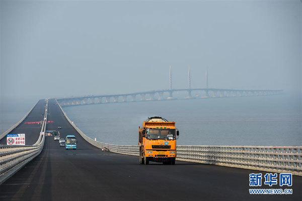 一辆运输沥青的工程车辆行驶在港珠澳大桥桥面上(4月29日摄)。新华社记者刘大伟摄