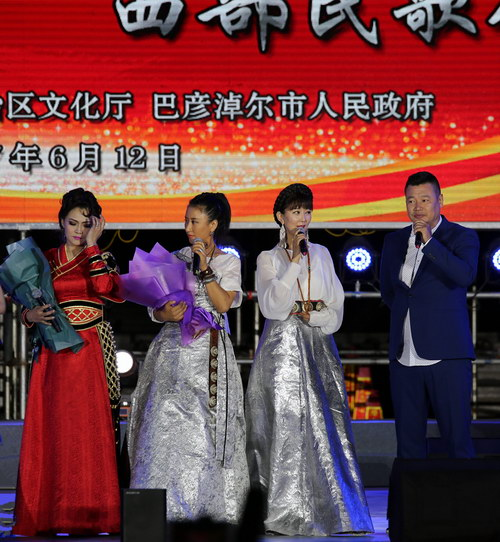 蒙古国歌唱家与著名藏族组合阿佳组合同台互动