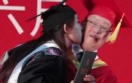毕业典礼上女生强吻校长