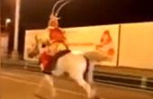 男子扮孙悟空骑马狂奔