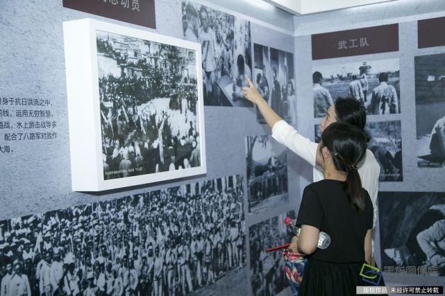 """6月25日,以""""铭记历史 不忘初心""""为主题的纪念全民族抗战爆发80周年主题党日活动启动仪式在北京丰台区宛平城举行。图为市民参观展览。千龙网记者 张�由�"""