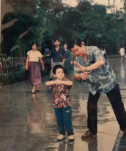 赖俊夫小时候与父亲的合影