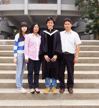赖俊夫在澳大利亚求学时与家人的合影