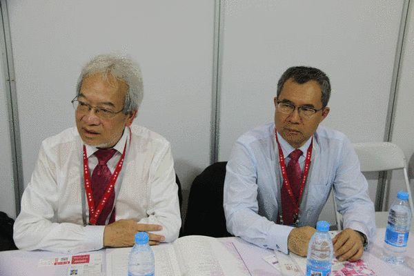 香港品牌发展局主席黄家和(左)接受采访