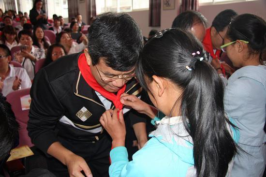 高桥镇中心小学学生为捐赠单位代表佩戴红领巾