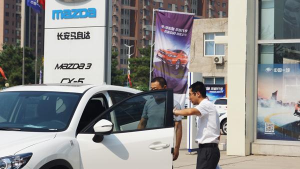 虽然还没正式开业,但也抵挡不住购车客户的热情
