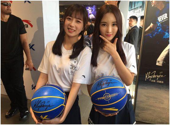 GNZ48 郑丹妮、高源婧获得汤普森亲笔签名的篮球