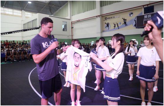 郑丹妮为汤普森送上KT形象手绘T恤