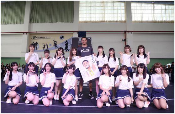 汤普森手持手绘T恤,与GNZ48成员合影