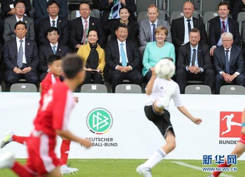 习近平同默克尔共同观看中德青少年足球友谊赛