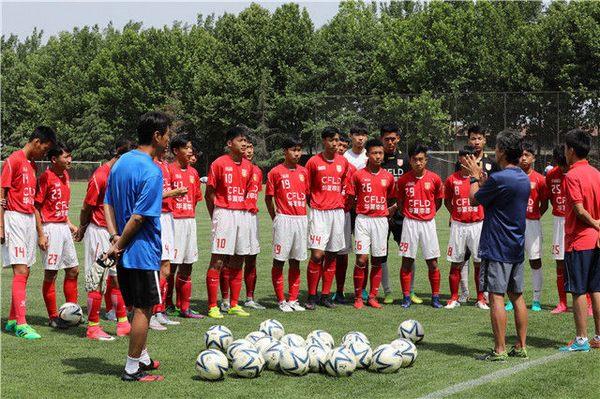 河北华夏幸福青训总教练高��勉在指导U18球员