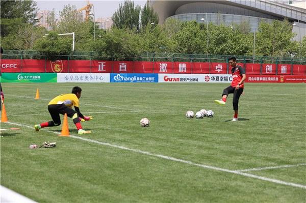 梯队专门配备的门将教练在训练U16球员