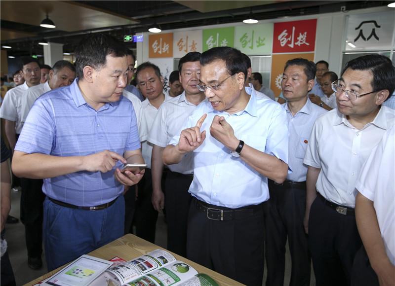 李克强充分肯定陕西经济社会发展取得的成绩,希望陕西在以习近平同志为核心的党中央领导下,抢抓发展机遇,锐意改革创新,在西部开发开放中起到引领和支撑作用。