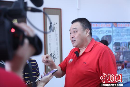 """7月13日,李明讲述篮球""""奇才""""周琦在阜新起步的""""篮球梦""""。 沈殿成 摄"""