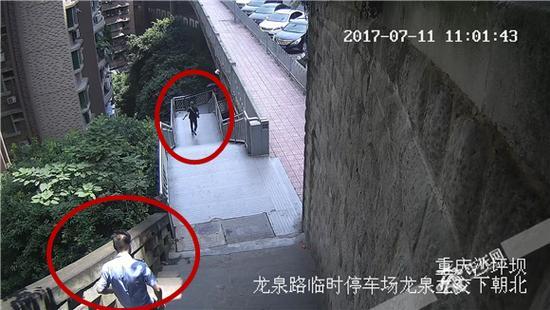 民警李科追赶犯罪嫌疑人朱某的监控视频截图。沙坪坝警方供图 华龙网发