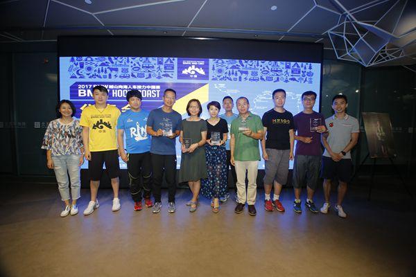 赛事核心志愿者获颁奖杯
