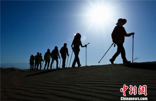 户外徒步爱好者冒着38度的高温徒步沙漠戈壁挑战自我。 王将 摄