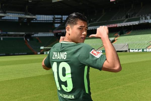 加盟不来梅后,张玉宁此前已在对阵阿贾克斯和狼队的比赛中有过替补登场。