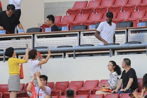 权健对阵申花的比赛中,莫德斯特出现在看台上。