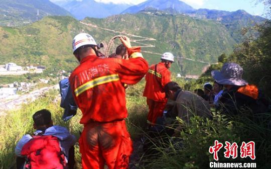 消防官兵成功护送被困的驴友走出大山。 钟欣 摄