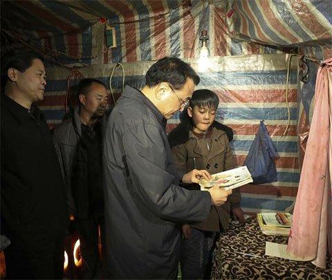 图为2017年1月23日下午,李克强在云南乌蒙山区昭通余家大冲自然村13村民小组看望贫困村民。