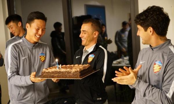 卡纳瓦罗和队员一起过生日。